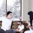 Foto Stock: Parents fighting in front of child