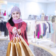 Asian woman holding shopping bags — ストック写真