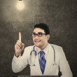 Male doctor has a bright idea — Stockfoto