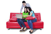 Young people using a laptop — Stockfoto