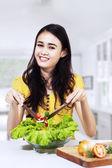 Dona de casa bela mistura de salada de legumes — Foto Stock