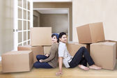 Couple resting at new home — Stockfoto
