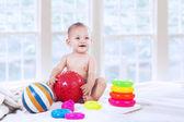 Małe dziecko gospodarstwa piłka — Zdjęcie stockowe