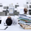Foto Stock: Businessmsleeping at desk