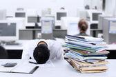 Empresário dormindo na mesa — Fotografia Stock