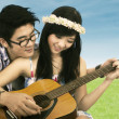Happy couple playing guitar — Stock Photo