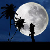 Couple hugging under full moon at beach — 图库照片