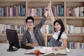 Happy student couple — Stock fotografie