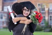 счастливый студент в выпускные платья — Стоковое фото