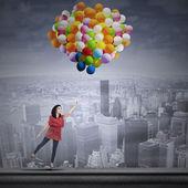 Gelukkige vrouw met ballonnen — Stockfoto
