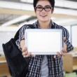 ung man visar digital tablet — Stockfoto
