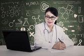 Hermoso doctor escribe fórmula — Foto de Stock