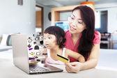 Rodzina zakupy online — Zdjęcie stockowe