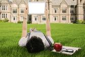 Студентка с помощью цифрового планшета Открытый — Стоковое фото