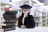 Joven soltero en la biblioteca — Foto de Stock