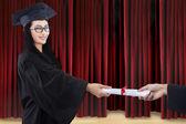 Attraktiv examen ges certifikat på scenen — Stockfoto