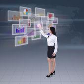 Zakenvrouw voorstellende zakelijke grafiek — Stockfoto