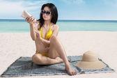 Woman applying sunscreen — Stock Photo