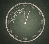 Horloge date limite sur tableau noir — Photo