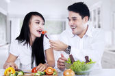 Happy couple making salad — Foto Stock