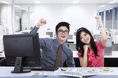 Šťastný obchodní tým vyjadřuje úspěch — Stock fotografie