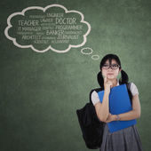 Kvinnlig student tänkte hennes ideal — Stockfoto