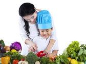 Pequeño chef aprender a cocinar — Foto de Stock