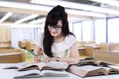 студент учится в читальный зал — Стоковое фото