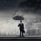 Affärsman på taket bära gasmask — Stockfoto