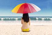 Zpětná ženy pod deštníkem — Stock fotografie
