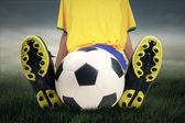 Fotbollspelare med boll på gräs — Stockfoto