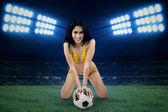 Donna in costume da bagno tenendo la palla al campo 1 — Foto Stock