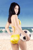 ボール 2 を保持しているビキニを着て美しい女性 — ストック写真