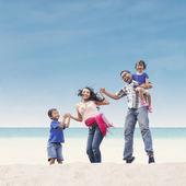 ビーチで幸せな家族 — ストック写真