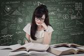Hermosa estudiante en la clase — Foto de Stock