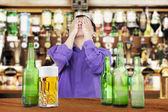 Betrunkener mann über sein gesicht — Stockfoto