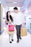Asian para w centrum handlowym — Zdjęcie stockowe