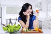 Piękne kobiety, przygotować sałatka — Zdjęcie stockowe