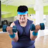 Fat man exercise in fitness center 3 — Stock Photo