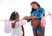 妊娠月と娘の演奏 — ストック写真