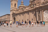朝圣者跳舞和唱歌在广场德尔皮拉尔、 萨拉戈萨 — 图库照片
