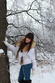 A girl stands near the old oak tree — Stock Photo