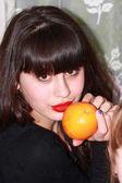 オレンジを持つ少女 — ストック写真