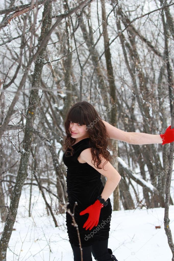 Чрное платье в красных перчатках