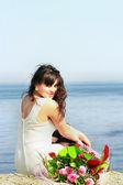 Mooi meisje en een boeket rozen — Stockfoto