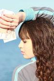 Портрет молодая брюнетка с деньгами в руках — Стоковое фото