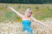 Dziewczyna w kwitnących pole — Zdjęcie stockowe