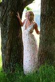 Vacker flicka nära träd — Stockfoto