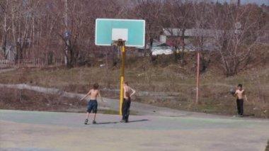 çocuklar sokakta basketbol oynuyorlar — Stok video