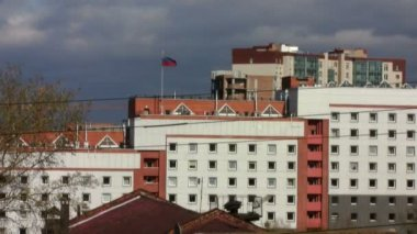 Office building with Russian flag on the roof — Stock Video